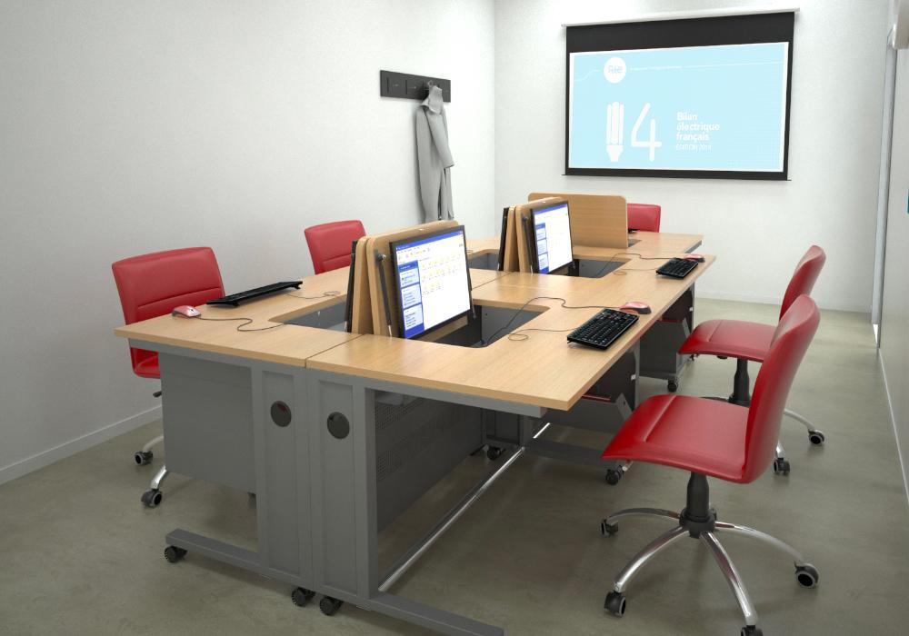 Petite salle de formation avec mobilier informatique implanté en îlot.
