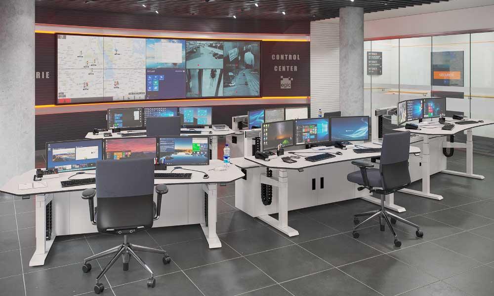 Salle de contrôle avec consoles de contrôle opérateur ajustables en hauteur